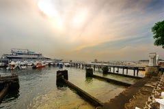 在码头旁边的观光的小船 库存图片