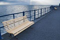 在码头的一个长木凳 免版税库存照片