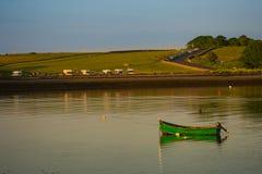 在码头的一条小船在Oranmore, Co 戈尔韦 库存图片