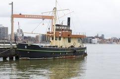 在码头的一条老小船在港口 免版税库存照片