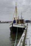 在码头的一条老小船 免版税图库摄影