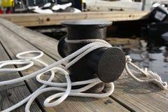 在码头的停泊绳索 免版税库存照片