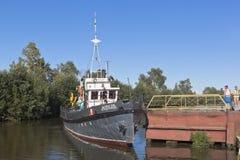 在码头的公司工作艇天鹅在Belozersk沃洛格达州地区城市,俄罗斯 免版税库存照片