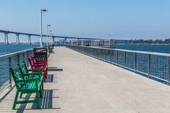 在码头的公园长椅在塞萨尔・查韦斯公园 免版税图库摄影
