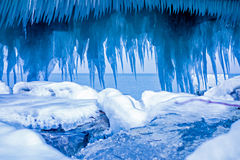 在码头的冰柱形成在密执安湖 免版税库存照片