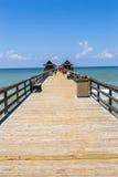 在码头的午间在那不勒斯,佛罗里达,墨西哥湾 免版税库存图片