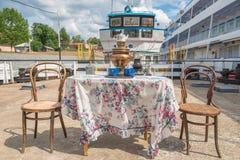 在码头的古老铜俄国式茶炊 免版税库存图片