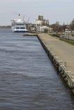 在码头的大客船 免版税图库摄影