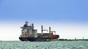 在码头的大集装箱船 股票录像