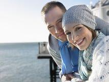 在码头的夫妇反对海 库存照片