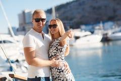 在码头的夫妇在游艇附近端起 免版税库存图片