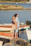 在码头的夫妇 免版税库存照片