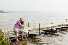 在码头的家庭 免版税库存照片