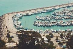 在码头的小游艇船坞游艇在天光 库存照片