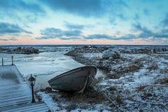 在码头的小船在拉多加湖,俄罗斯岸  免版税库存照片