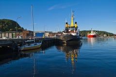 在码头的小船在端口halden 库存图片