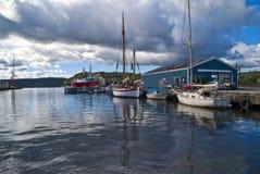 在码头的小船在端口halden 免版税库存图片