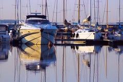 在码头的小船 免版税库存图片