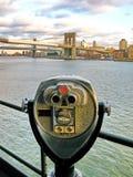 在码头17的投入硬币后自动操作的双筒望远镜,在布鲁克林大桥前面 图库摄影