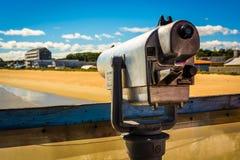在码头的投入硬币后自动操作的望远镜在老果树园海滩,缅因 免版税库存图片