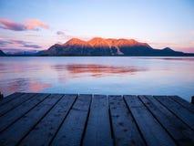 在码头的日出有遥远的山的 免版税库存图片