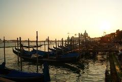 在码头的日落有长平底船的 免版税库存图片