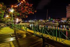 在码头的晚圣诞节晚上在明亮地被点燃的布里季敦,巴巴多斯 库存照片