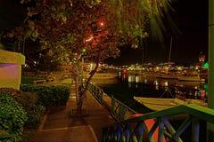 在码头的晚圣诞节晚上在明亮地被点燃的布里季敦,巴巴多斯 免版税库存图片
