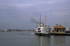 在码头的汽船 免版税库存照片