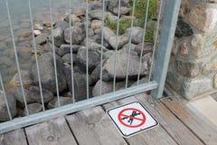 在码头的没有潜水标志在海滩 库存图片