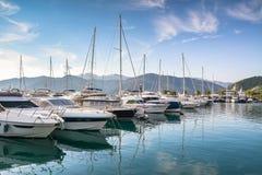在码头的游艇反对山在黎明 免版税库存照片