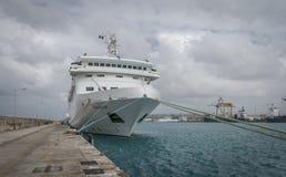 在码头的游轮 免版税库存照片