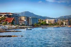 在码头的看法有小船和游艇的 免版税库存照片