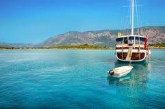 在码头的看法有小船和游艇的 免版税库存图片