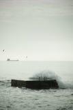 在码头的碎波 设色 免版税库存图片