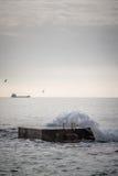 在码头的碎波 图库摄影