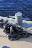 在码头的磁夹板和绳索 免版税库存图片