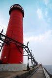 在码头的红色灯塔 库存图片