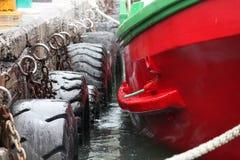 在码头的红色船在开普敦 免版税图库摄影