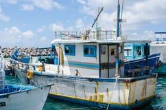 在码头的老时尚小船 免版税库存图片