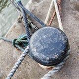 在码头的老系船柱 免版税图库摄影