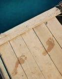 在码头的脚印 免版税库存图片