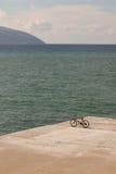 在码头的自行车 库存照片