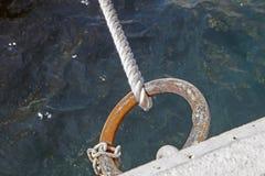 在码头的船舶绳索 免版税库存照片