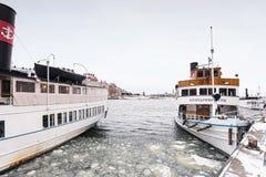 在码头的葡萄酒船在冬天期间在斯德哥尔摩 免版税库存照片