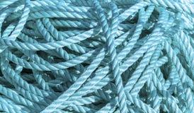 在码头的蓝色绳索 免版税库存照片