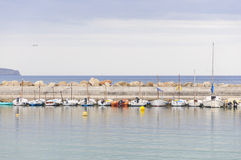 在码头的被停泊的小船 免版税库存图片
