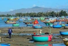 在码头的许多渔船在荣市Hy,越南 免版税库存图片