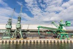 在码头的起重机 图库摄影