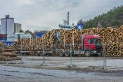 在码头的转储木材 库存图片